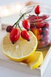 Tè fresco della frutta del cinorrodo con il limone Fotografie Stock