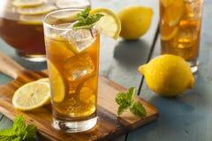 Tè ghiacciato casalingo con i limoni Fotografie Stock Libere da Diritti