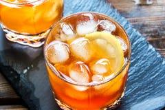 Tè ghiacciato con il limone immagine stock