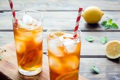 Tè ghiacciato con il limone immagini stock libere da diritti