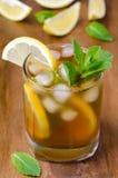 Tè ghiacciato con il limone e la menta Fotografie Stock Libere da Diritti