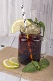 Tè ghiacciato con il limone & la menta Immagine Stock