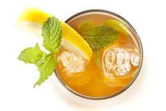 Tè ghiacciato di rinfresco con il limone Immagini Stock Libere da Diritti