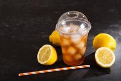 Tè ghiacciato in vetro di plastica con la frutta fresca Fotografia Stock Libera da Diritti