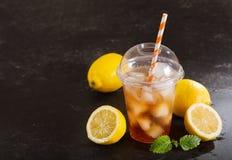 Tè ghiacciato in vetro di plastica con la frutta fresca Fotografie Stock Libere da Diritti