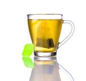 Tè giallo e borsa isolati su bianco Fotografia Stock Libera da Diritti