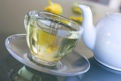 Tè giallo in tazza trasparente Fotografia Stock Libera da Diritti