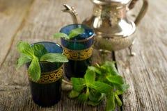 Tè marocchino con il foglio della menta fotografia stock libera da diritti