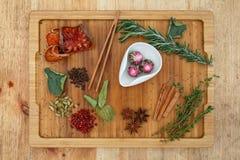 Tè Moli Yu Lun Tao del gelsomino di Oolong di cinese in una ciotola bianca Su un bordo di legno sparso molti ingredienti per tè Immagini Stock Libere da Diritti