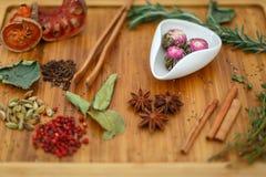 Tè Moli Yu Lun Tao del gelsomino di Oolong di cinese in una ciotola bianca Su un bordo di legno sparso molti ingredienti per tè D Fotografia Stock Libera da Diritti