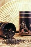 Tè nero che si rovescia fuori fotografie stock libere da diritti
