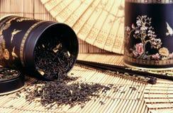 Tè nero che si rovescia fuori fotografia stock