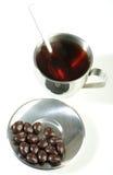 Tè nero con i confetti del cioccolato Fotografie Stock Libere da Diritti