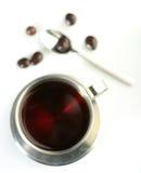 Tè nero con i confetti del cioccolato Immagine Stock