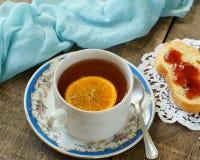 Tè nero con il limone immagine stock libera da diritti