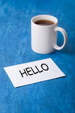 Tè nero con la nota sui precedenti blu Immagine Stock