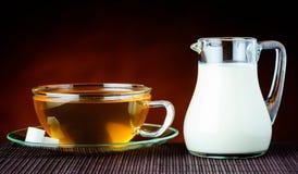 Tè nero e latte Immagini Stock Libere da Diritti