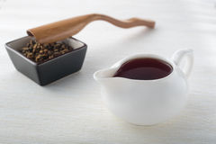 Tè nero, tè asciutto e cucchiaio Fotografia Stock Libera da Diritti