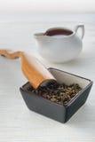 Tè nero, tè asciutto e cucchiaio Fotografie Stock