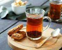 Tè nero in una tazza di vetro fotografia stock
