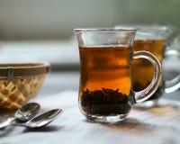 Tè nero in una tazza di vetro immagine stock libera da diritti