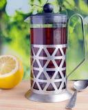Tè nero in una teiera di vetro Fotografia Stock