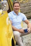 Tè o caffè bevente dell'uomo Medio Evo bello in campeggiatore Van Bus Fotografia Stock