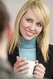 Tè o caffè bevente della donna di affari Fotografie Stock