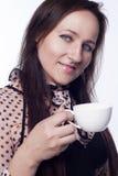 Tè o caffè bevente della giovane donna Immagini Stock Libere da Diritti