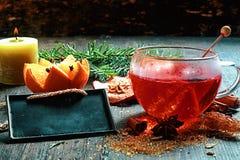 Tè o gluhwein caldo aromatizzato notte di Natale Fotografia Stock