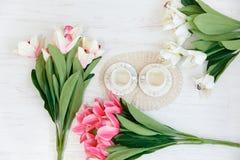 Tè per due Due tazze e tulipani Fotografia Stock Libera da Diritti
