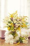 Tè per due e fiori di estate Fotografia Stock Libera da Diritti