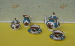 Tè per due, tazza da the inglesi con i piattini, teiera, ciotola di zucchero e brocca della crema, porcellana fine della porcella immagine stock