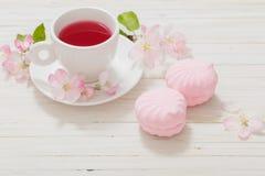 Tè rosso con i fiori su fondo di legno Fotografia Stock Libera da Diritti