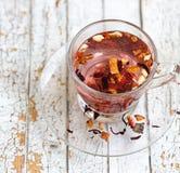 Tè rosso della frutta in tazza di vetro trasparente Fotografie Stock