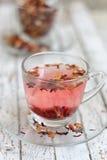 Tè rosso della frutta in tazza di vetro trasparente Immagine Stock