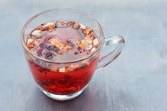 Tè rosso della frutta in tazza di vetro trasparente Fotografia Stock