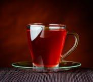 Tè rosso in tazza di vetro Fotografia Stock