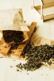 Tè sciolto del fiore in pacchetto di carta di kraftova Immagine Stock Libera da Diritti