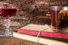 Tè su una pila di libri accanto ad una corda legata per incepparsi in un vaso Fotografia Stock