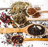 Tè sulla tavola bianca Immagini Stock