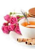 Tè in tazza con i biscotti e le rose del mazzo immagine stock