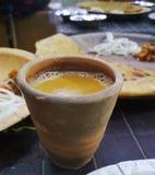 Tè in tazza dell'argilla fotografia stock