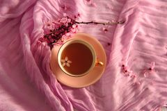 Tè in tazza rosa d'annata immagine stock