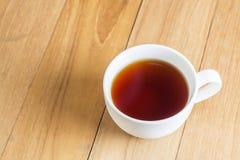 Tè in tazza sul bordo di legno Fotografia Stock Libera da Diritti