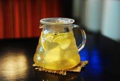 Tè in teiere con il limone e lo zenzero Immagini Stock Libere da Diritti