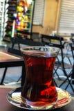 Tè turco con il fondo della sfuocatura a Costantinopoli Fotografia Stock
