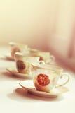 Tè in una tazza antica della porcellana Immagini Stock