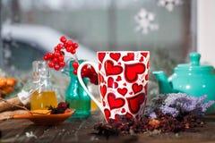 Tè in una tazza con i cuori il giorno del biglietto di S. Valentino della st Fotografia Stock