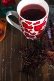 Tè in una tazza con i cuori il giorno del biglietto di S. Valentino della st Fotografie Stock